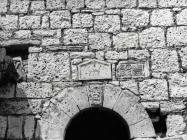 Spolije na zvoniku crkve Blažene Djevice Marije krajem 70-ih godina, Banjole. (fn. 15684) Iz arhive Arheološkog muzeja Istre