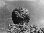 Glava na desnoj strani ulaza u dvorište jedne kuće u Barbanu početkom 50-ih godina, Barban. (bn. 1732 b) Iz arhive Arheološkog muzeja Istre