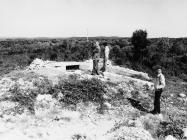 Betonski bunkeri što ih je izgradila JNA na topničkoj bitnici Caluzzi 1992. godine, Barbariga. (fn. 25927) Iz arhive Arheološkog muzeja Istre
