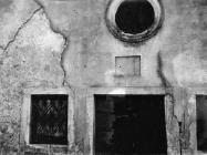 Pročelje crkvice u Barbarigi s natpisnom pločom srušene u 6. mjesecu 1953. godine, Barbariga. (bn. 2261, bp. 2463) Iz arhive Arheološkog muzeja Istre