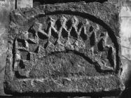Reljefna ploča iz 12. ili 13. stoljeća na crkvi sv. Martina početkom 60-ih godina, Tar. (bn. 6849) Iz arhive Arheološkog muzeja Istre
