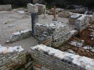 Ulaz u baziliku. Crkva Svetog Mihovila/arheološko nalazište Banjole. Autor: Aldo Šuran (2010.)
