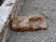 Ostatak oltarne pregrade. Crkva Svetog Mihovila/arheološko nalazište Banjole. Autor: Aldo Šuran (2010.)
