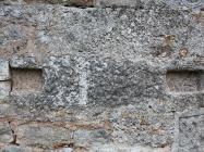 Ostatak oltarne pregrade ugrađen u noviju crkvu. Crkva Svetog Mihovila/arheološko nalazište Banjole. Autor: Aldo Šuran (2010.)