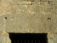 Natpis na arhitravu novije crkve. Crkva Svetog Mihovila/arheološko nalazište Banjole. Autor: Aldo Šuran (2007.)