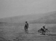 Vožnja isušenim Čepićkim jezerom osam mjeseci nakon isušivanja 1933, u Consorzio di bonifica del sistema dell'Arsa, Labin 1934.g., 37