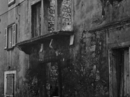 Oštećena zgrada u starogradskoj jezgri Fažane 1988. godine. (fn. 23256). Iz arhive Arheološkog muzeja Istre