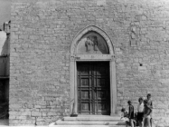Pročelje crkve Sv. Kuzme i Damjana krajem 40-ih godina, Fažana. (bp. 534). Iz arhive Arheološkog muzeja Istre