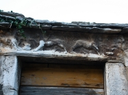 Reljefni prikaz krilatih lavova na arhitravu. Galižana. Autor: Aldo Šuran (2010.)