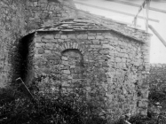 Apsida ranosrednjovjekovne kapele uz crkvu sv. Mihovila 1972. godine, Sveti Mihovil na Limu. (fn. 11804) Iz arhive Arheološkog muzeja Istre