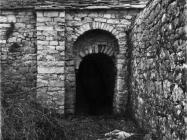 Bočni ulaz u kapelu uz crkvu sv. Mihovila 70-ih godina, Sveti Mihovil na Limu. (fn. 56671) Iz arhive Arheološkog muzeja Istre
