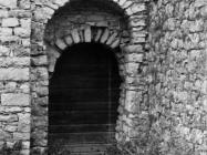 Bočni ulaz u kapelu uz crkvu sv. Mihovila 1975. godine, Sveti Mihovil na Limu. (fn. 13605) Iz arhive Arheološkog muzeja Istre