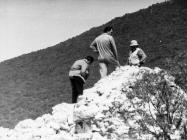 Predstavnici cementare Koromačno na ruševinama kule Turan 6. svibnja 1992. godine, Koromačno. (fn. 25961) Iz arhive Arheološkog muzeja Istre