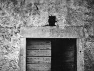 Glagoljski natpis na nadvratniku kuće početkom 80-ih godina, Krnica. (fn. 20054) Iz arhive Arheološkog muzeja Istre