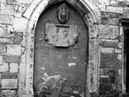 Zazidana gotička vrata na župnoj crkvi rođenja Marijina u prvoj polovici 60-ih godina, Labin. (bn. 6825) Iz arhive Arheološkog muzeja Istre