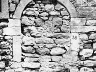 Zazidani romanički portal nasuprot muzeju 1972. godine, Labin. (fn. 11615) Iz arhive Arheološkog muzeja Istre