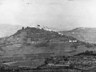 Pogled na Motovun iz Vižinade krajem 60-ih godina, Motovun. (bn. 8763, bp. 8827) Iz arhive Arheološkog muzeja Istre
