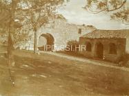 Gradska vrata i loža početkom 20. stoljeća, Mutvoran. (fp. 574) Iz arhive Arheološkog muzeja Istre