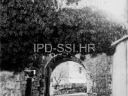 Gradska vrata Mutvorana 1973. godine, Mutvoran. (fn. 13300) Iz arhive Arheološkog muzeja Istre