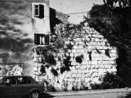 Pogled na zidine s bedemom u Novigrad 80-ih Godina. Novigrad (fn 19156.). Iz arhive Arheološkog muzeja Istre
