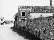 Grobljanska crkva u Novigradu početkom 70-ih godina. Novigrad (fn. 11846.)  Iz arhive Arheološkog muzeja Istre