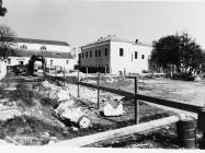 Pogled na bočnu stranu župne crkve sv. Pelagija i sv. Maksima u Novigradu 1991. godine. Novigrad (fn 24948.) Iz arhive Arheološkog muzeja Istre
