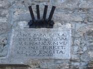 Natpis na gradskim vratima, Pićan. Autor: Željko Cetina (2013.)