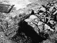Antički zid u Luci Plomin sredinom 80-ih godine, Plomin. (fn. 21049) Iz arhive Arheološkog muzeja Istre
