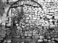 Južni zid crkve Sv. Jurja sredinom 60-ih godina, Plomin. (bn. 7385) Iz arhive Arheološkog muzeja Istre