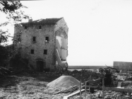 Pogled na kulu nakon rušenja zgrade s njezine sjeverne strane 1969. godine, Umag. (bn. 8517.) Iz arhive Arheološkog muzeja Istre