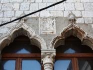 Gotička bifora s grbom. Umag. Autor: Aldo Šuran (2010.)
