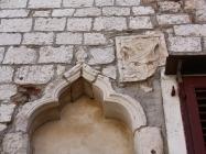 Gotički prozor i grb. Umag. Autor: Aldo Šuran (2010.)