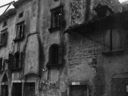 Kuća s baroknim prozorima i lunetom s prikazom Majke Božje u prvoj polovici 20. stoljeća, Vodnjan. (fp. 506) Iz arhive Arheološkog muzeja Istre