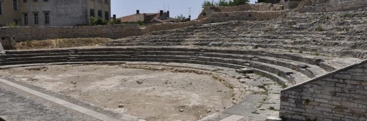 """Predavanje Silvane Petešić """"Rezultati recentnih arheoloških istraživanja lokaliteta Malog rimskog kazališta u Puli"""" u Puli"""