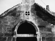 Pročelje crkve sv. Duha u prvoj polovici 80-ih godina, Bale. (fn. 19163) Iz arhive Arheološkog muzeja Istre