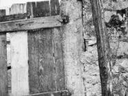 Profilirani okvir vratiju u Betigi 60-ih godina, Barbariga. (bn. 6400) Iz arhive Arheološkog muzeja Istre
