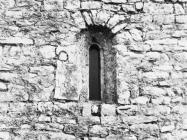 Prozor na južnom zidu crkve sv. Martina sredinom 80-ih godina, Bičići. (fn. 20240) Iz arhive Arheološkog muzeja Istre
