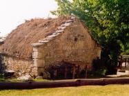 Staja prekrivena slamnatim krovom u selu Mala Učka 2000. godine, Boljun. (fn. 38837). Iz arhive Arheološkog muzeja Istre