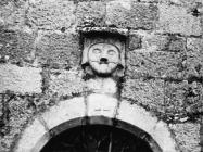 Maskeron iznad portala crkve Svete Marije u Božjem polju početkom 60-ih godina, Božje polje. (bn. 6615) Iz arhive Arheološkog muzeja Istre