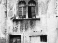 Kuća s biforom krajem 60-ih godina, Buje. Iz arhive Arheološkog muzeja Istre