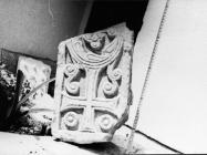 Gornji dio pilastra s pleternim ornamentom iz crkve Svete Ane 1976. godine, Červar. (fn. 14864) Iz arhive Arheološkog muzeja Istre