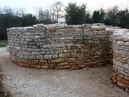 Središnja apsida porušene bazilike. Crkva Svetog Mihovila/arheološko nalazište Banjole. Autor: Aldo Šuran (2010.)