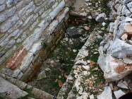 Grobno mjesto. Crkva Svetog Mihovila/arheološko nalazište Banjole. Autor: Aldo Šuran (2010.)