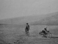 Vožnja isušenim Čepićkim jezerom osam mjeseci nakon isušivanja 1933, u Consorzio di bonifica del sistema dell\'Arsa, Labin 1934.g., 37