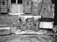 Grlić bunara s amforom na trgu 1972. godine, Fažana. (11610). Iz arhive Arheološkog muzeja Istre