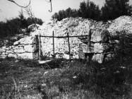 Vrata koja vode na područje ruševina Vižanel 1975. godine, Fažana. (fn. 14635). Iz arhive Arheološkog muzeja Istre