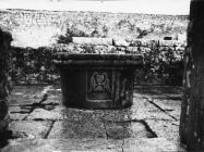 Romanički grlić bunara sredinom 60-ih godina, Sveti Mihovil na Limu. (bn. 7886) Iz arhive Arheološkog muzeja Istre