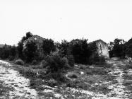 Pogled na ostatke građevina oko crkve sv. Ivana glavosijeka 1991. godine, Koromačno. (fn. 25699) Iz arhive Arheološkog muzeja Istre