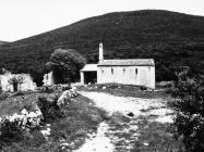 Pogled na romaničku crkvu sv. Ivana glavosijeka 1991. godine, Koromačno. (fn. 25696) Iz arhive Arheološkog muzeja Istre