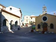 Trg ispred zgrade Općine s ložom i crkvom Majke Božje od Zdravlja, Medulin. Autor: Aldo Šuran (2010.)